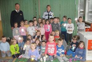 Spoločná fotografia detí s náčelníkom mestskej polície Čadca Františkom Linetom a Marcelou Vorekovou.
