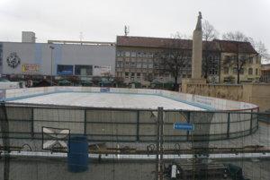 Ľadová plocha bude opäť v centre Prievidze, ale umiestnená bude inak, ako po minulé roky. Zatiaľ ju pripravujú, fungovať bude od 6. decembra.
