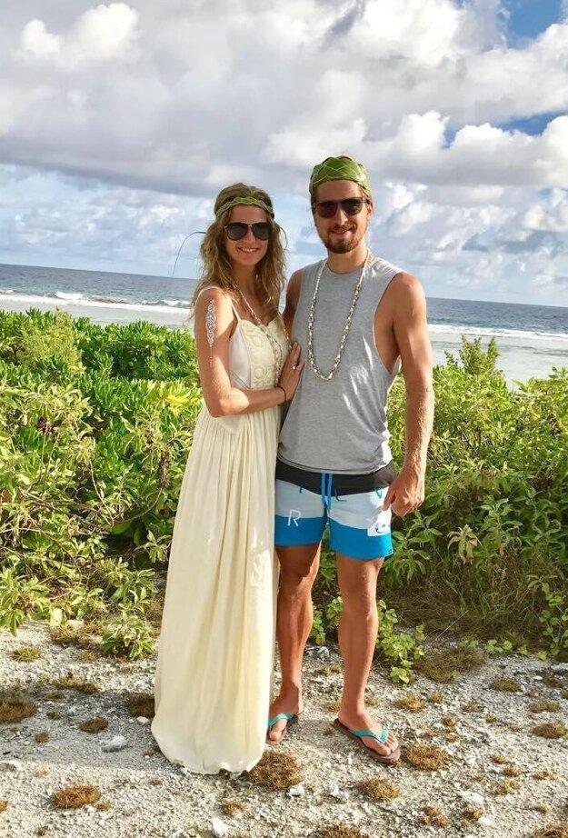 Novomanželia na dovolenke. Prvé výročie manželstva oslávili pri mori.