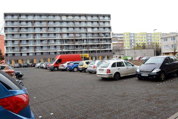 Teraz parkovisko. Podľa zámeru investora tu má stáť parkovací dom.