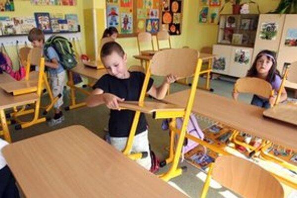 Deti vyložili stoličky, vo štvrtok do školy väčšina z nich nemusí.