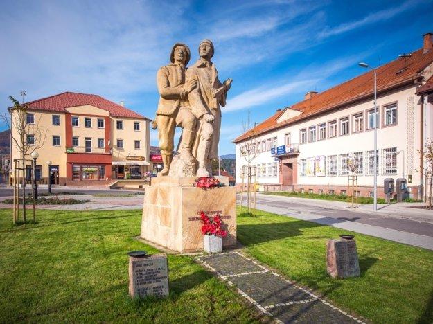 Sochu na námestí pred rokmi nahradil pamätník partizána a vojaka.