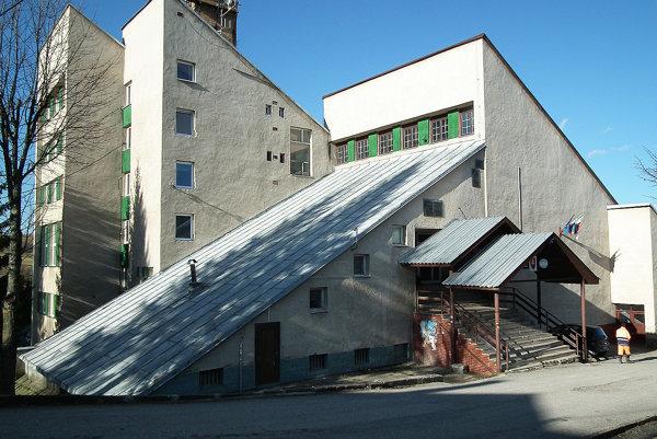 Stará budova stále pripomína dobu, v ktorej bola postavená.