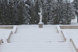 Kalinov v okrese Medzilaborce je prvá oslobodená obec na území bývalého Československa. Sovietska armáda ju oslobodila presne 21. septembra 1944. Túto skutočnosť v obci pripomína viacero artefaktov. Jedným z nich je mramorový Pamätník osloboditeľom nachádzajúci sa v strede dediny.