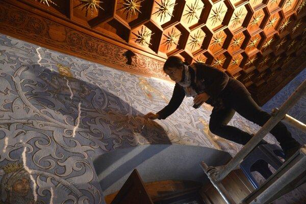 Reštaurátorka opravuje stodvadsaťročné maľby v miestnostiach Stredného hradu bojnického zámku.