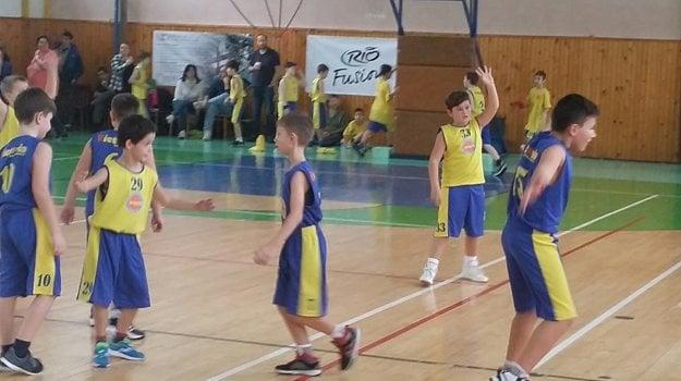 Malí basketbalisti počas zápasu.