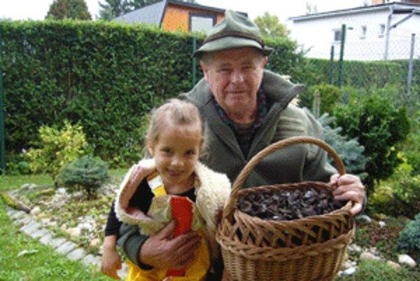 Lieviky trúbkovité nazbieral skúsený hubár Jozef s vnučkou.