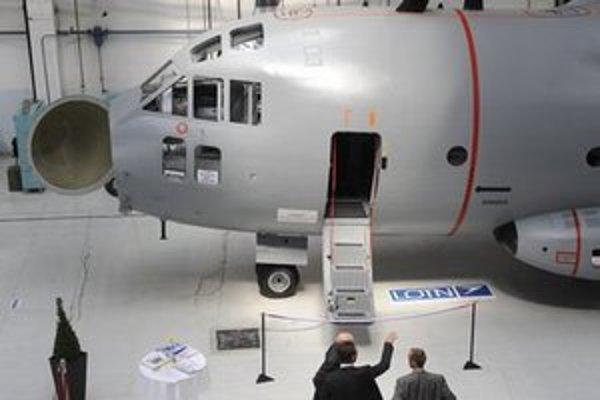 Špeciálny letecký trenažér na výcvik posádok vojenských dopravných lietadiel.
