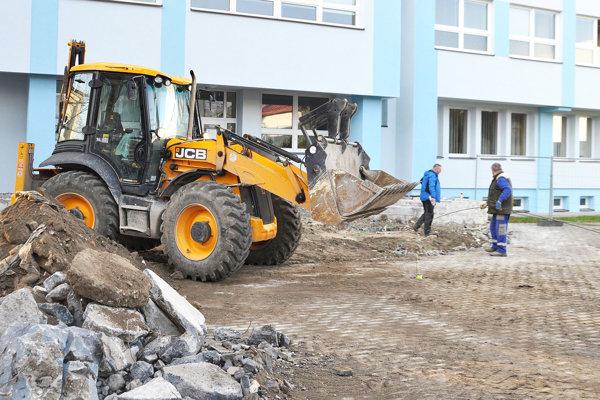 Pred vchodom školy sa pracuje.