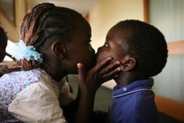 Sudánska utečenkyňa bozkáva svojho brata.