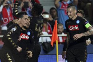 Na snímke hráč Jose Callejon (vľavo) z Neapola sa raduje z gólu, vpravo slovenský hráč Neapola Marek Hamšík v zápase 6. kola B-skupiny futbalovej Ligy majstrov Benfica Lisabon - SSC Neapol