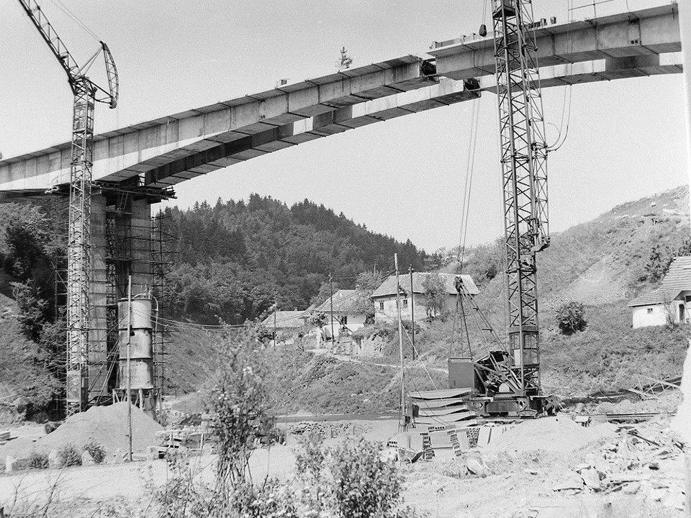 Historická fotografia spred 50 rokov, počas stavby mosta.