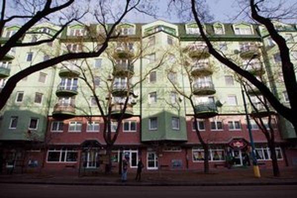 V tejto budove na Vazovovej ulici v Bratislave býval Peter aj s rodinou.