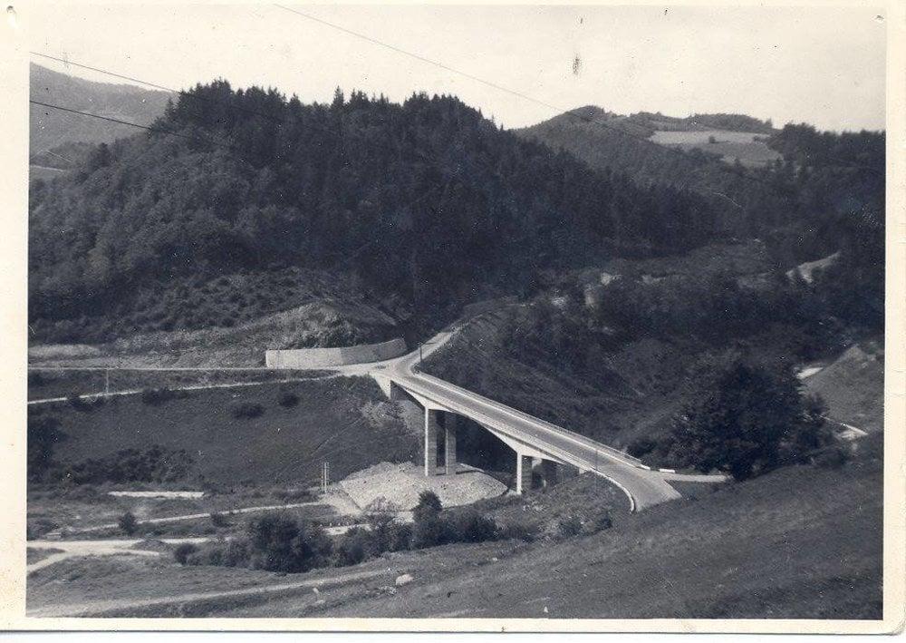 Most už stojí, priehrada ešte nie je napustená.