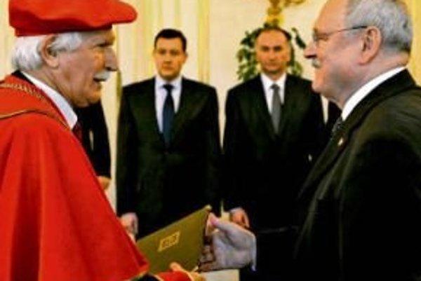 Václava Krajníka (vľavo) vymenoval prezident za rektora na začiatku roka 2011.