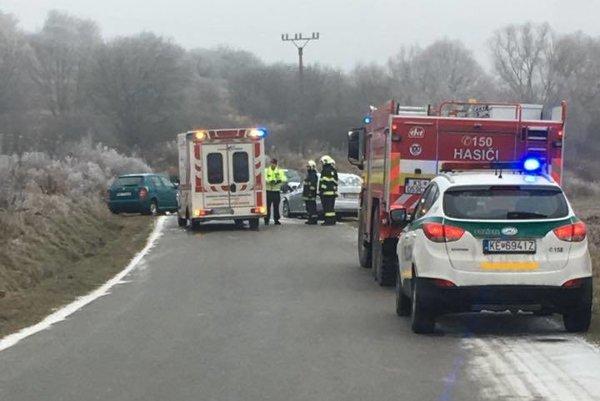 Nehoda za Košickými Oľšanmi. Zasahovali hasiči, polícia aj sanitka.