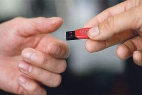 Nezamestnaným bez počítačov dávali USB kľúče.