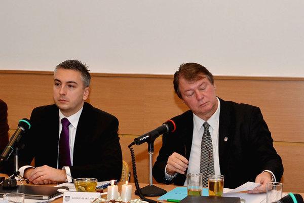 Bývalé vedenie Starého Mesta. Trnka (vľavo) sa nepohodol so súčasným starostom Gregom na riadení mestskej časti.