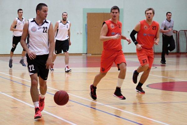 Lukáš Dubovský (pri lopte) zaznamenal najviac 31 bodov.