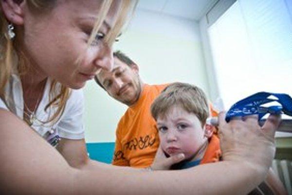 Sestra na Kramároch včera vyšetrovala Peťka, ktorého otec priviedol s bolesťami brucha. Nemuseli sedieť pred zavretými dverami.