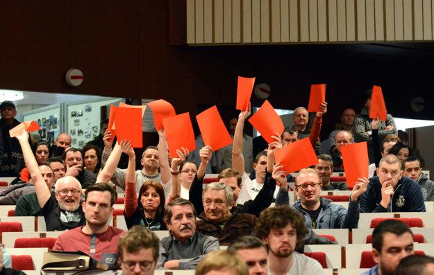 Červené karty. Ľudia vystavili zastupiteľstvu vysvedčenie. Papiere im rozdal aktivista Karol Labaš.