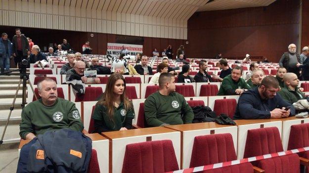 Kotlebovci na rokovaní. Ich poslanec Juraj Kolesár hovoril, že prišli na žiadosť ľudí, pretože mali obavy z mestskej polície. Sú to extrémisti a agresori, vyhlásil o nich primátor Richard Raši.