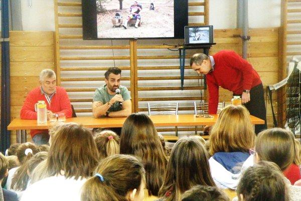 Ivan Jakeš sa chytil mikrofónu aochotne odpovedal žiakom na ich otázky.