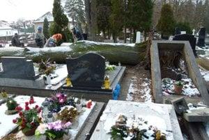 Vyvalená obruba hrobu.