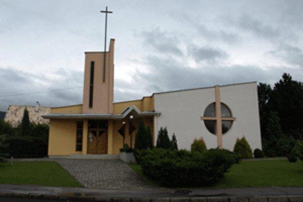 Dubnický kostol ma moderný vzhľad.