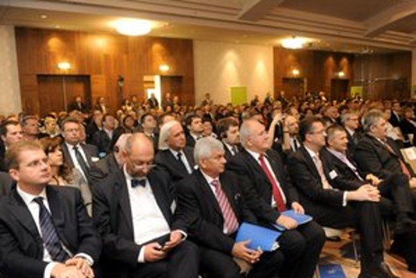 Vláda vo štvrtok sedela na sneme ZMOS, ktoré má tiež odobriť nového šéfa ÚVO.
