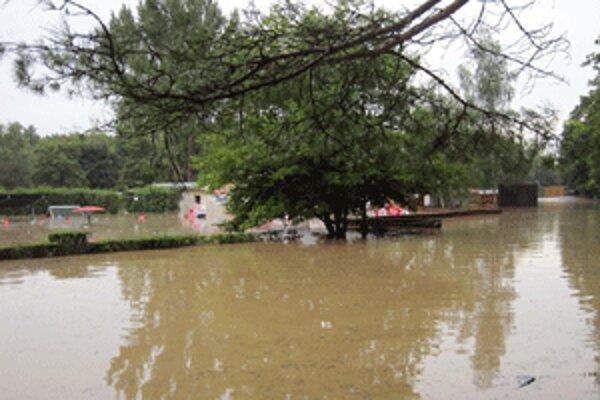 Kúpalisko v Chalmovej sa pri záplavách ocitlo pod vodou.