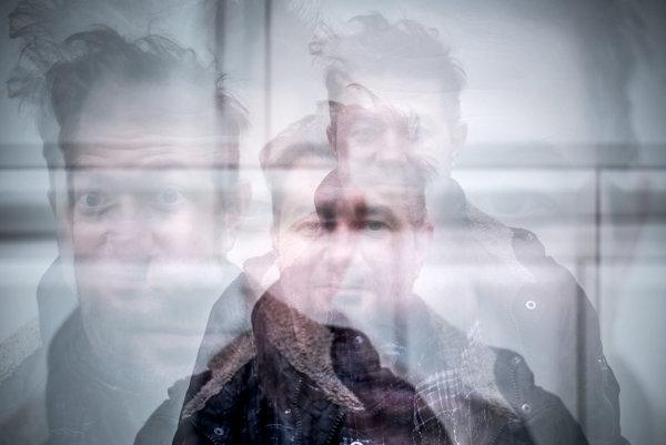 Lyrik, vlastným menom Pavol Remiaš mladší sa textom venuje viac ako 20 rokov. S raperom Benem založil kapelu Modré hory, v roku 2008 vydali eponymný album a o päť rokov neskôr Big beat. S kapelou Zlokot vydal albumy Slowakische Idiot (2013) a Slowakische Genius (2014). Je držiteľom dvoch hudobných ocenení Radio Head Awards. Pred mesiacom vyšla Modrým horám kniha textov Dobré slohy.