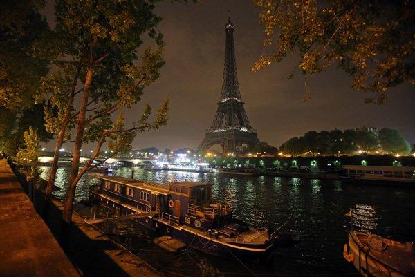 Eiffelovka v tme, archívna snímka.
