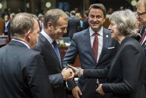 Na oficiálnom summite ešte Theresa Mayová bola, no na večeru už britskú premiérku nepozvali.
