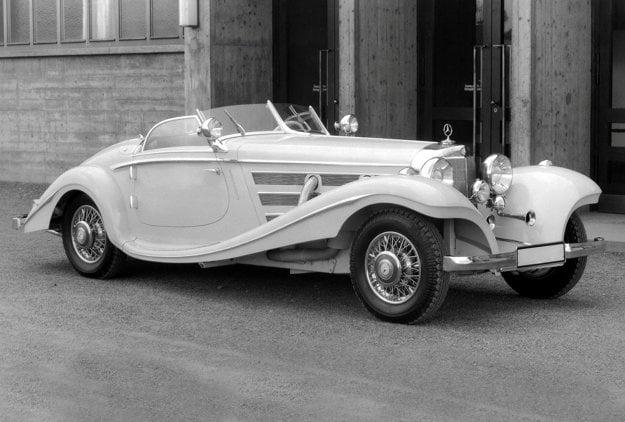 """Najelegantnejší typ karosérie bol jednoznačne """"Spezial-Roadster"""". Na prvý pohľad sa od ostatných karosérií líšil tromi pozdĺžnymi otvormi na bokoch prednej kapoty."""