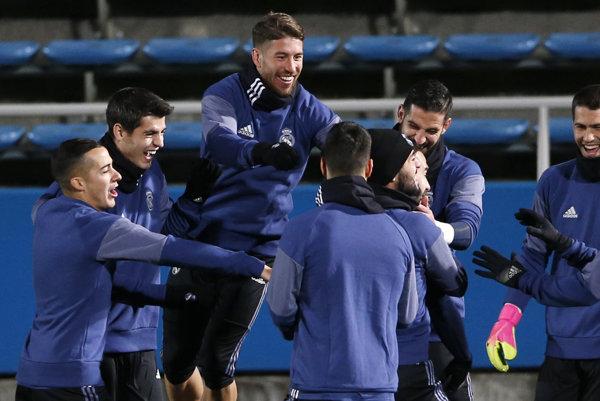 Sergio Ramos (tretí zľava) v sobotu trénoval s mužstvom. A mal očividne veľmi dobrú náladu.