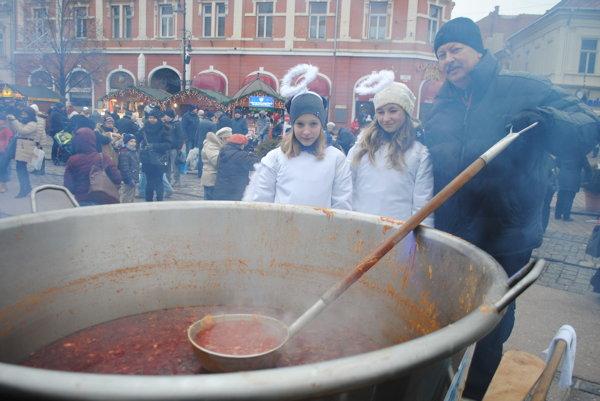 Kapustnica v obrovskom kotli. Kuchárovi Tiborovi Paľovi dala riadne zabrať. Asistovali mu anjelky Katka (vľavo) a Laura.