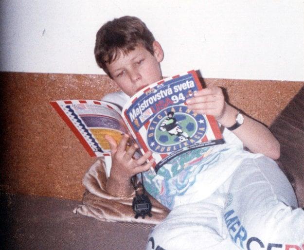 Jedenásťročný Matej Tóth s knihou o futbalovom šampionáte.