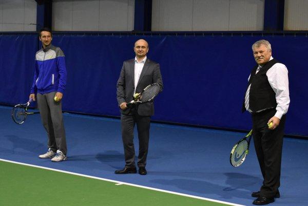 Slávnostné otvorenie nového centra. Zúčastnil sa ho aj tenista Sergij Stachovskij (vľavo).