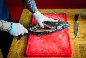 Keď kapra pitveme, je dôležité, aby sme špičkou noža nezasiahli do vnútorností.