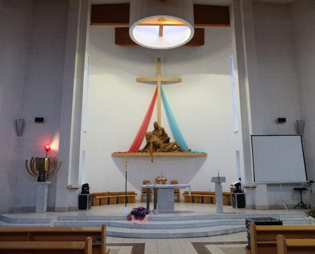 Socha piety nad oltárom.