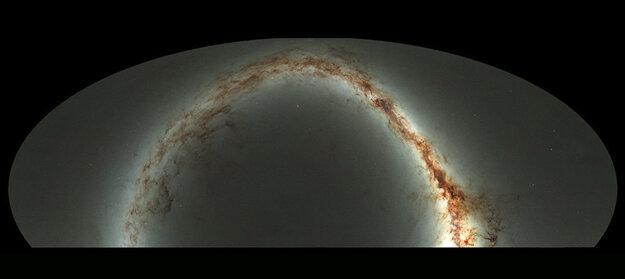 Pohľad na viditeľnú oblohu z havajského observatória Pan-STARRS1 je výsledkom pol milióna snímkov.