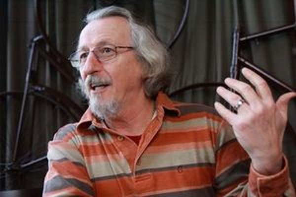 Péter Hunčík (60) je psychiater a spisovateľ. Pred rokom 1989 publikoval básne, esejea rozprávky, v decembri 1989 založil prvý nezávislý maďarský časopis NAP. Radil prezidentovi Havlovi a spoluzakladal televíziu Nova. Prednáša na Carleton University v