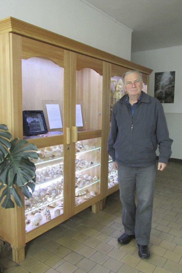 Martin Kamenský pred vystavenými exponátmi mušlí.