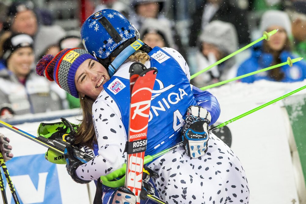 17. január 2016. Slovenské lyžiarky Petra Vlhová a Veronika Velez Zuzulová sa tešia po vydarenom zjazde v rakúskom Flachau.