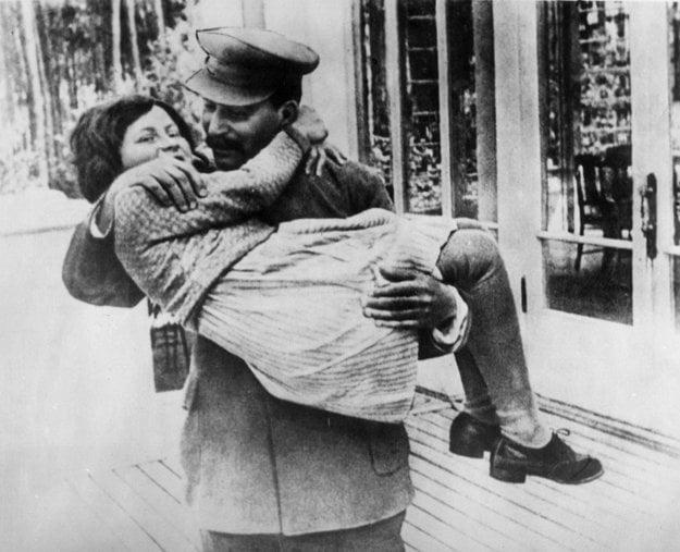 Stalin so svojou jedinou dcérou Svetlanou v roku 1936. Svetlana Allilujevová sa v roku 1967 usadila v USA, kde odsúdila otcov režim a sovietsku vládu, čo vyvolalo v ZSSR rozruch. Zomrela v roku 2011.