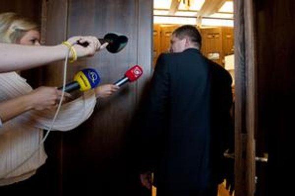 Robert Fico neodpovedá na otázku, či bol v byte so šéfom Penty Jaroslavom Haščákom.