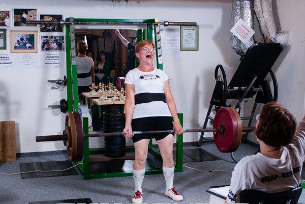 Kvetka Baranovičová má 63, cvičiť začala pred niekoľkými rokmi. Dovtedy nešportovala.