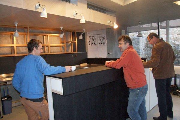 Nerezový barový pult obložili minulý týždeň drevom. Vpravo je biskupský ekonóm Martin Štofko.