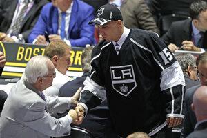 Erik Černák si podáva ruky s predstaviteľmi klubu Los Angels Kings, ktorý si ho vybral zo 43. miesta v druhom kole vstupného draftu zámorskej hokejovej NHL 27. júna 2015. Černák bol tak najvyššie draftovaným slovenským hokejistom v NHL za rok 2015.